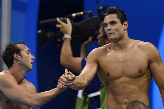 Fabien Gilot (à gauche) et Florent Manaudou après la finale du 4 × 100m nage libre, le 7août.