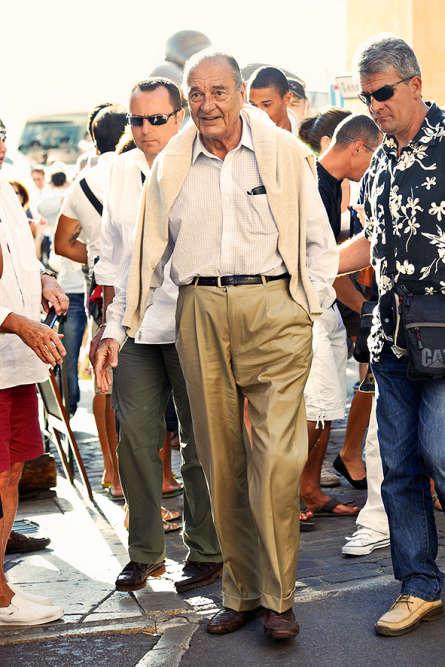 Dix-sept ans après, tout est enfin oublié. Malade et affaibli, Chirac jouit d'une cote de popularité étonnante et parade ici parmi ses fans tropéziens. Pourtant, quelque chose cloche : son pull sur les épaules est plus Côte atlantique que Côte d'Azur. Surtout si l'on se réfère aux fameuses paroles de Do you do you, Saint-Tropez : « On peut marcher pieds nus à Saint-Tropez / Pas besoin de costume à Saint-Tropez / Un vieux blue-jean suffit pour s'habiller / C'est la tenue rêvée à Saint-Tropez… » Même pour un président.