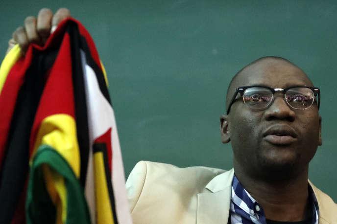 Le pasteur zimbabwéen Evan Mawarire exhibe le drapeau de son pays lors d'une rencontre du mouvement #ThisFlag à l'université du Witwatersrand à Johannesburg, le 8 août 2016.