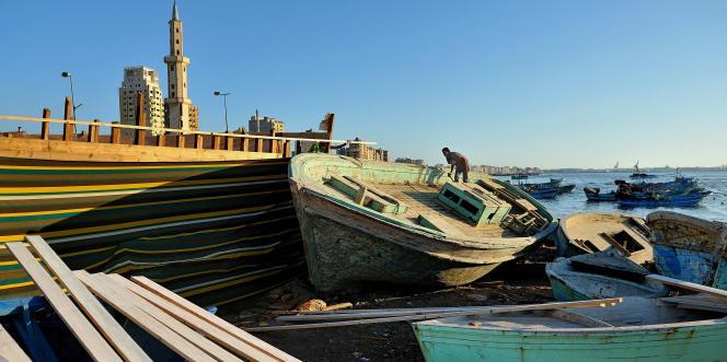 Dans un petit chantier naval de la banlieue est d'Alexandrie, on renfloue des chalutiers et de grandes barques. Mais les acheteurs ne sont pas tous des pêcheurs. Les passeurs s'y intéressent aussi.
