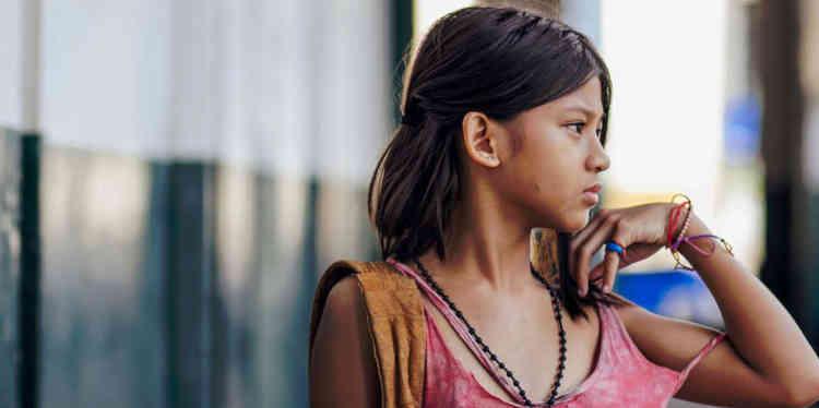 A Manille, une fillette abandonnée se met en tête de s'acheter une mère pour 30000 pesos. Arrivera-t-elle à constituer son pécule en chantant? En volant? Elle est également douée dans les deux domaines, et la distinction morale n'est pas si claire, à son âge et dans la jungle des rues. Soutenu par l'ONG Virlanie, qui aide les enfants des rues aux Philippines, ce conte lumineux et amer compense un relatif manque d'âpreté par de belles vertus pédagogiques.