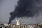 A Sanna, un immeuble en flamme suite à un bombardement aérien de la coalition saoudienne, mardi 9 août.
