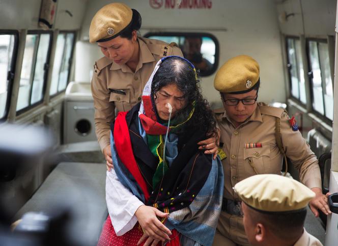 Irom Sharmila lors de son arrivée au tribunal d'Imphal, en Inde, le 9 août.