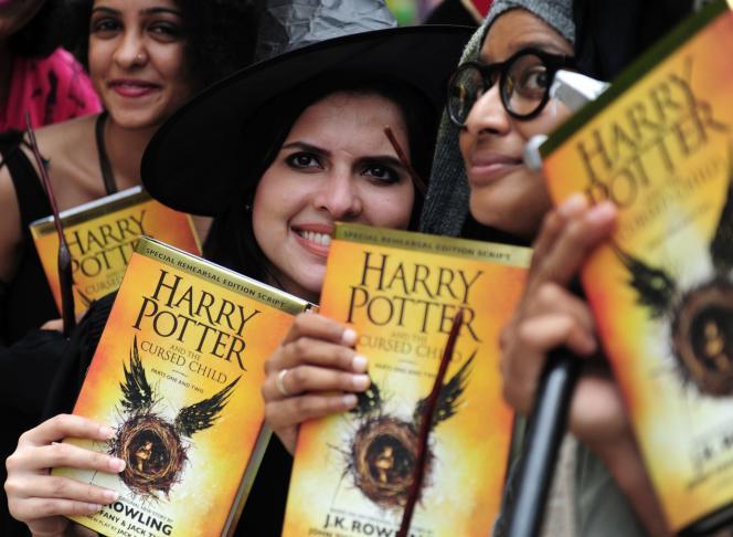 En Inde, des fans posent avec le nouveau livre de la saga de J.K. Rowling :« Harry Potter et l'Enfant maudit », le 31 juillet.