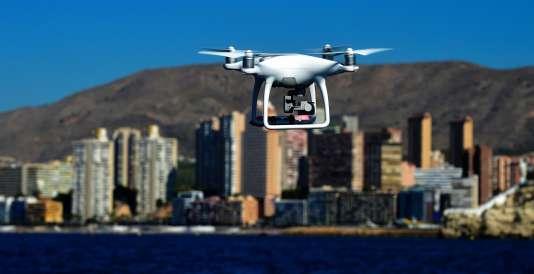 Un drone piloté par la police locale surveille une plage lors d'une patrouille de la baie de Benidorm, commune d'Espagne de la province d'Alicante,le 9 août 2016.