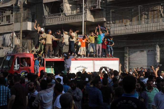 Des Alépins manifestent leur joie, le 6 août, après que desforces rebelles ont rompu lesiège de la ville par les troupes du régime.