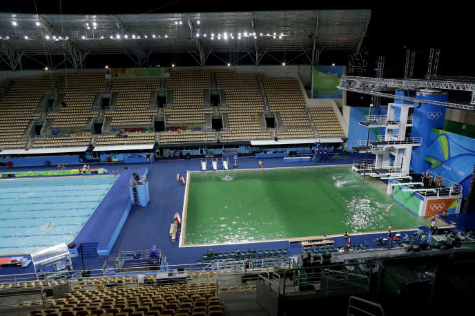 La piscine utilisée pour les compétitions de plongeon a changé de couleur du jour au lendemain, mardi.