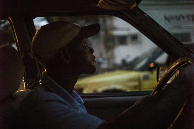 Un chauffeur de taxi dans une rue de Douala, en 2013.