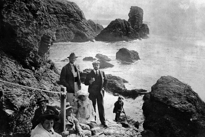 Sarah Bernhardt (1844-1923) à la pointe des Poulains à Belle-Ile-en-Mer (Morbihan), devant le rocher du Sphinx.