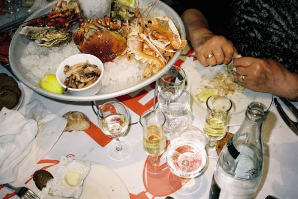 Sur la table, fruits de mer, saumon, tête de veau, rognons ou faux-filet…