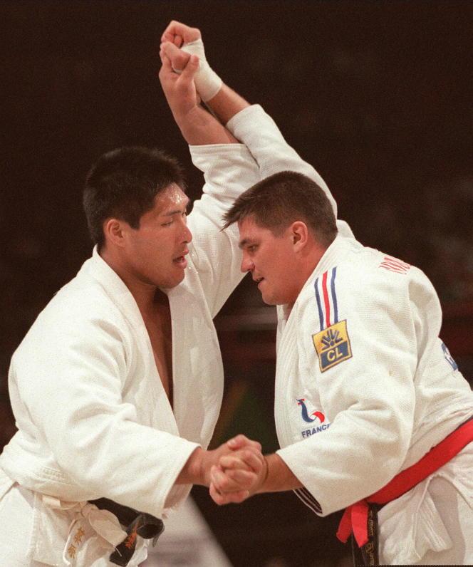 David Douillet bat le Japonais Shinichi Shinohara en finale des championnats du monde des lourds (+100 kg) en 1997 à Paris.