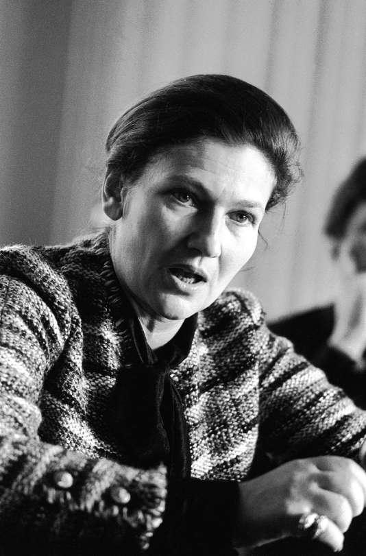 Le 23 février 1975 à Caen. Simone Veil, alors ministre de la santé, lors de sa visite d'un centre anticancer.