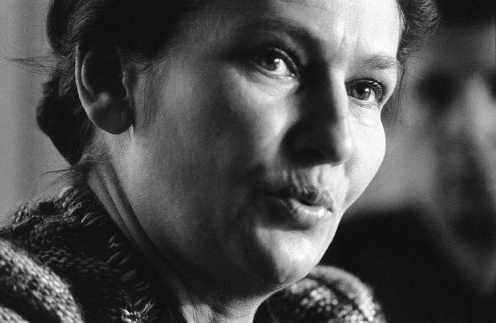Le 23 février 1975 à Caen. Simone Veil, alors ministre de la santé, lors de sa visite d'un centre anti-cancer.