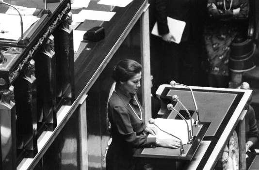 Simone Veil, alors ministre de la santé, défend son texte autorisant l'IVG à la tribunede l'Assemblée nationale le 26 novembre 1974.
