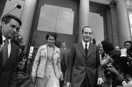 En compagnie de Jacques Chirac, premier ministre, Simone Veil, alors ministre de la santé, quitte le conseil des ministres, le 5 juin 1974.