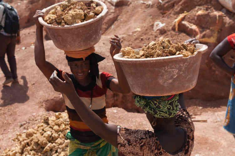Les femmes s'occupent du transport du minerai. Elles portent parfois plusieurs dizaines de kilos de roche sur leur tête.