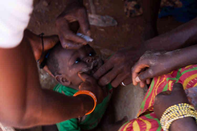 Les membres de l'Unicef et de la Croix-Rouge sont chargés de vacciner contre la poliomyiélite tous les enfants qui accompagnent leurs parents dans les mines.