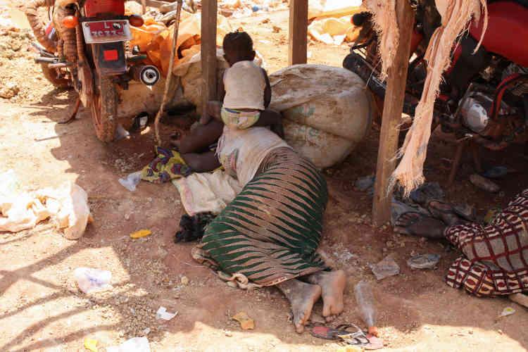 Quand la chaleur devient insoutenable, les mères retouvent leurs enfants laissés sous la tente et se reposent à l'ombre.
