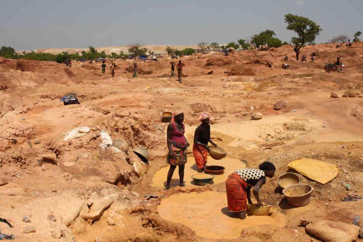 Les femmes tamisent la poudre de minerai dans des bassins pour révéler les particules d'or et, plus rarement, les pépites.