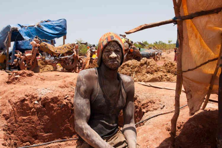 Miner est un travail ereintant qui laisse sur les corps une poussière irritante.