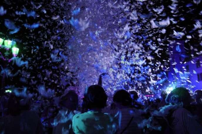 Une avalanche de plumes pour le spectacle de voltige, « Place des Anges», de la compagnieGratte-ciel.