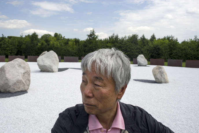 L'artiste Lee Ufan devant l'une de ses installations intitulée « L'Ombre des étoiles» au château de Versailles en juin 2014.