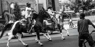 Le photographe Charles Mostoller a ainsi suivi à Philadelphie des jeunes en difficulté qui reprennent confiance en pratiquant l'équitation.Abdurrahman « Man-Man » Early (cavalier au premier plan), 16ans à l'époque du reportage, en 2014, et Shahir Drayton, 17ans. Tous deux se rendent régulièrement dans une écurie d'un quartier défavorisé de Philadelphie pour se changer les idées. «Etre au milieu des chevaux ôte les problèmes de mes épaules », confie Man-Man.