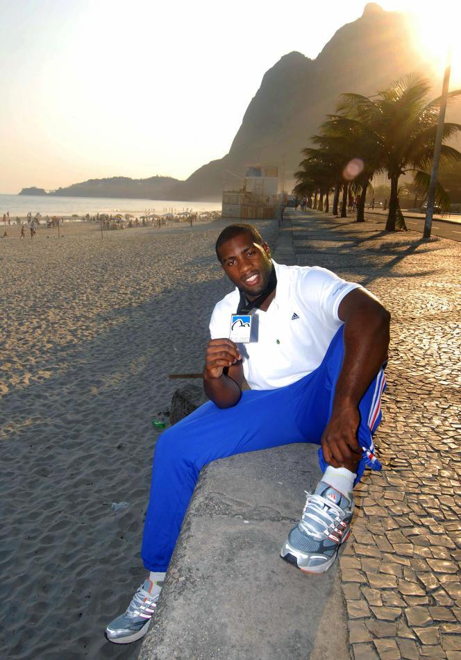 Teddy Riner sur la plage de Copacabana, à Rio de Janeiro, en septembre2007, après avoir remporté son premier titre mondial.