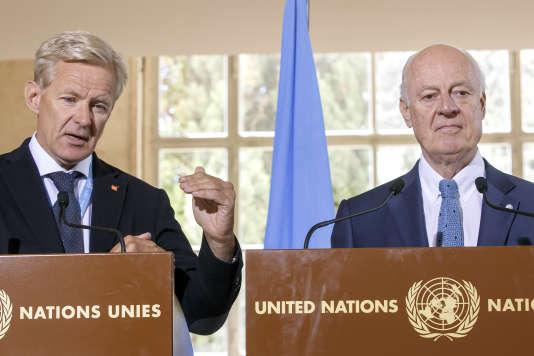 Staffan de Mistura (droite), envoyé spécial de l'ONU pour la Syrie,et Jan Egeland (gauche), qui dirige le Groupe de travail sur l'accès humanitaire, le 11 août à Genève.