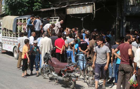 Des habitants de l'est d'Alep, contrôlé par les rebelles anti-Assad, se pressent pour acheter des produits frais arrivés dans la ville après la rupture du siège, jeudi 11 août.