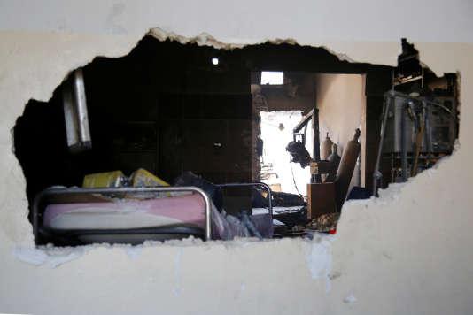 Un chambre d'hôpital endommagée après des bombardements aériens dans la ville de Meles en Syrie, le 6 août 2016.