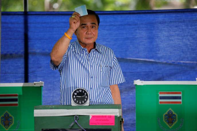 « La Thaïlande a voté par référendum pour une Constitution rédigée sur mesure pour l'armée, arrivée au pouvoir il y a deux ans lors d'un coup d'Etat»(Photo: le premier ministre thaïlandais Prayuth Chan-ocha le 7 août montrant son bulletin de vote).