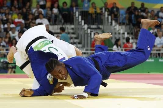 Audrey Tcheuméo (en bleu) face à l'Américaine Kayla Harrison, le 11 août à Rio.