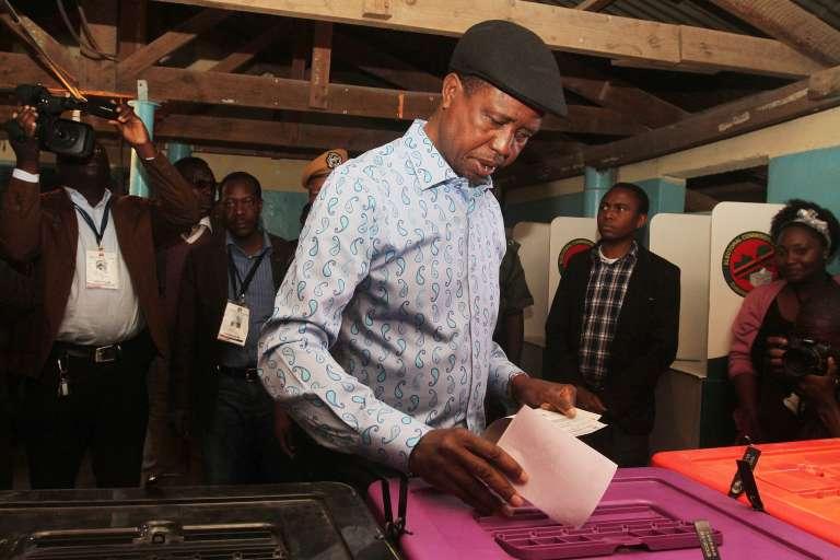Le président zambien Edgar Lungu dans un bureau de vote à Lusaka le 11 août.