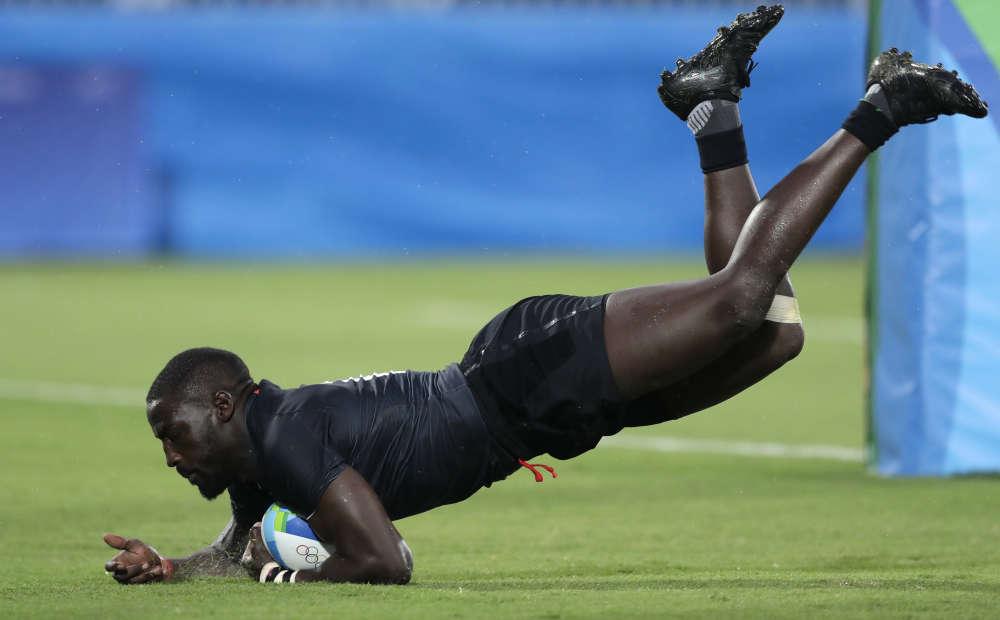 Le rugbyman kenyan Samuel Oliech marque un essai contre l'Espagne le 10 août.
