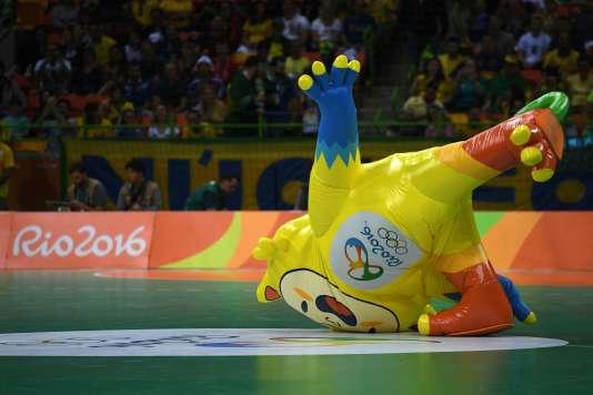 Vinicius dans ses oeuvres, le 11 août, lors du match de handball entre le Brésil et l'Allemagne.