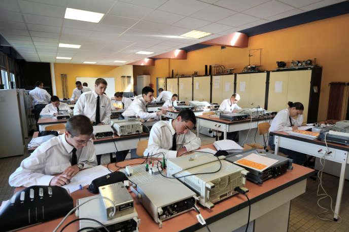 Des élèves de CPES (Classe Prépa Ecole Supérieure), étudient en classe de sciences physiques au sein de l'Ecole des Pupilles de l'Air (EPA), le 16 mai 2011 à Montbonnot-Saint-Martin.