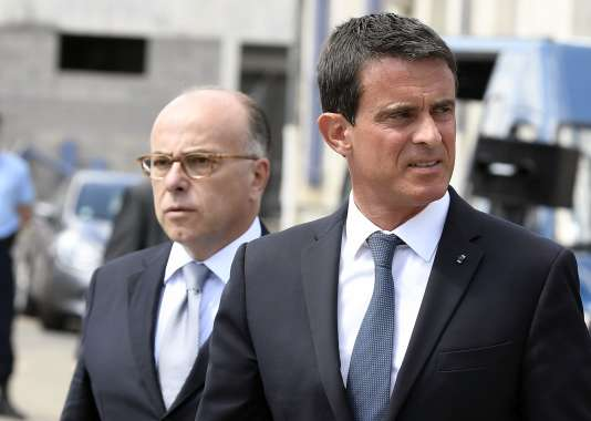 Bernard Cazeneuve et Manuel Valls lors d'un déplacement à l'école de gendarmerie de Richemont, le 11 août.
