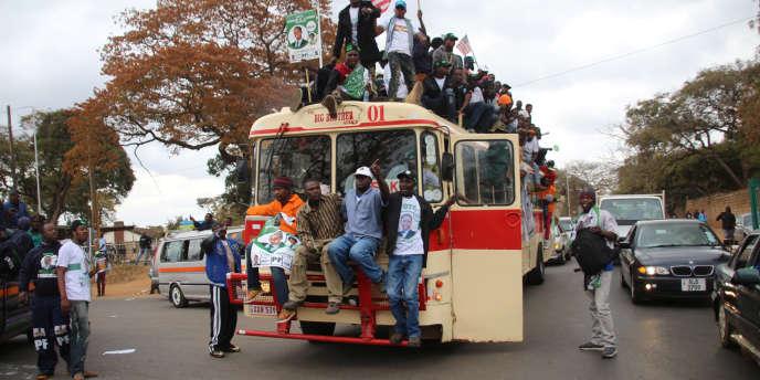 Des militants du président candidat Edgar Lungu, dans les rues de Lusaka, la veille du scrutin, le 10 août.