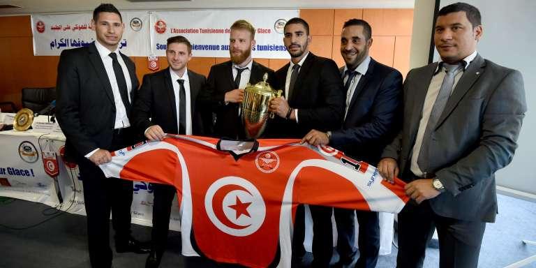 Les joueurs de l'équipe tunisienne de hockey sur glace posent avec leur trophée, à leur retour du championnat d'Afrique, organisé à Rabat le 30 juillet 2016.
