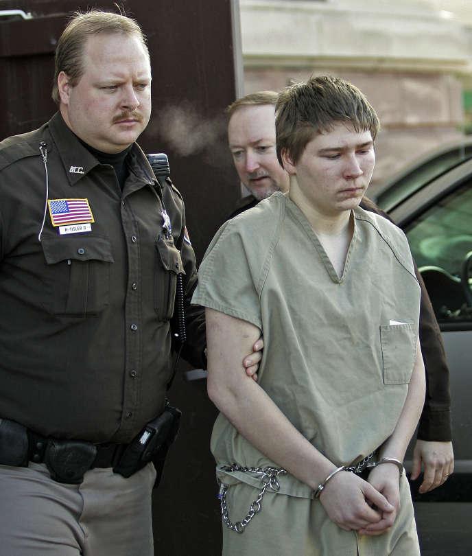 Brendan Dassey, escorté hors de la salle d'audience de Manitowoc, en mars 2006.
