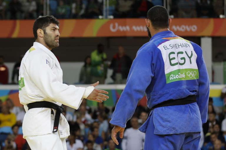 L'Egyptien Islam El Shehaby (en bleu) esquive la poignée de main de son adversaire israélien Or Sasson (en blanc), après sa défaite, le 12 août 2016 à Rio.