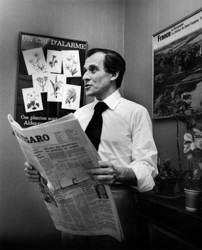 L'ecrivain Jean d'Ormesson, journaliste, directeur du journal «Le Figaro»dans les locaux du journal, en 1975.