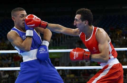 Sofiane Oumiha (maillot rouge) face au Hondurien Teofimo Andres Lopez Rivera, le 7 août, à Rio.
