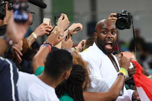 Teddy Riner célèbre sa victoire le 12 août à Rio.
