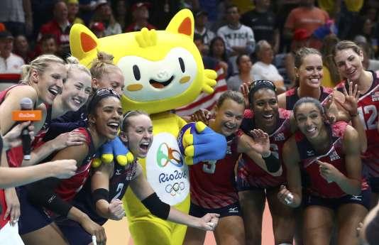La raison de la joie des volleyeuses américaines, le 12 août ? Peut-être leur victoire contre l'Italie, mais plus probablement le fait de pouvoir figurer en photo avec Vinicius.