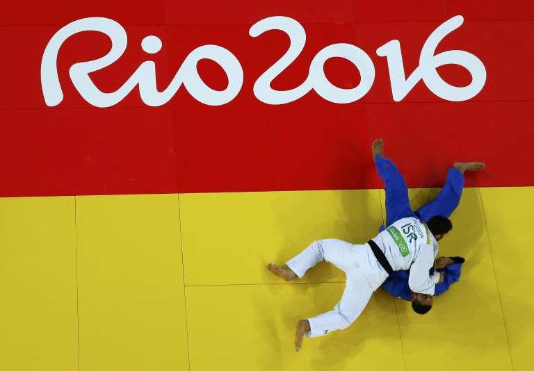 L'Egyptien Islam El Shehaby (en bleu) a refusé de serrer la main de l'Israélien Or Sasson (en blanc) après sa défaite sur ippon, lors du combat de judo (+100 kg) qui les a opposés, aux Jeux olympiques de Rio, le 12 août 2016.