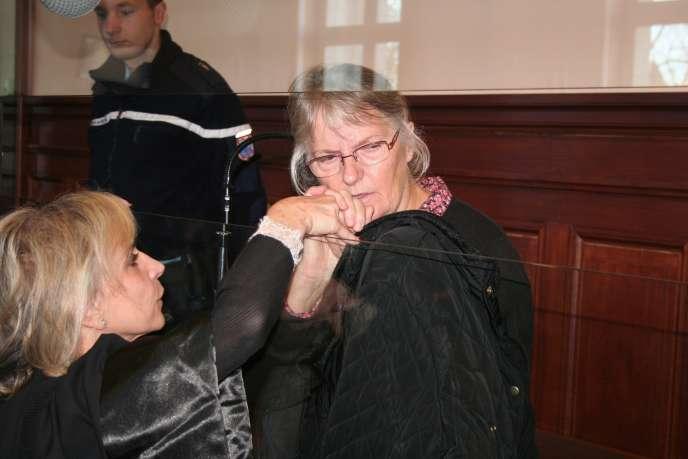 Jacqueline Sauvage en compagnie de son avocate, le 3 décembre 2015, à la cour d'assisesde Blois.