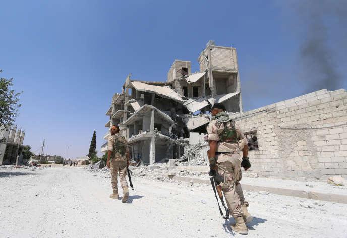 Des soldats des Forces démocratiques syriennes (FDS) avancent dans les ruines de Manbij, le 7 août 2016.