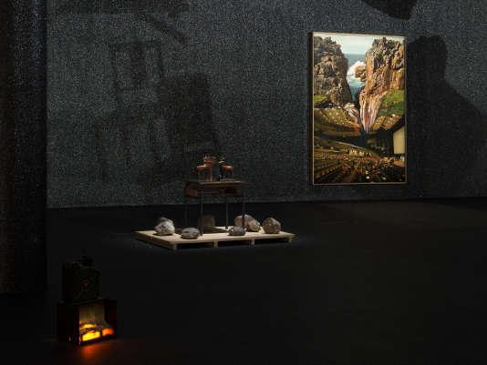 « Desert Storm» (2014), de Pierre Ardouvin, bois, pierres, bureau d'écolier et «La conférence» (2016), dans la série « Ecrans de veille », impression sur toile, résine, paillettes, cadre.